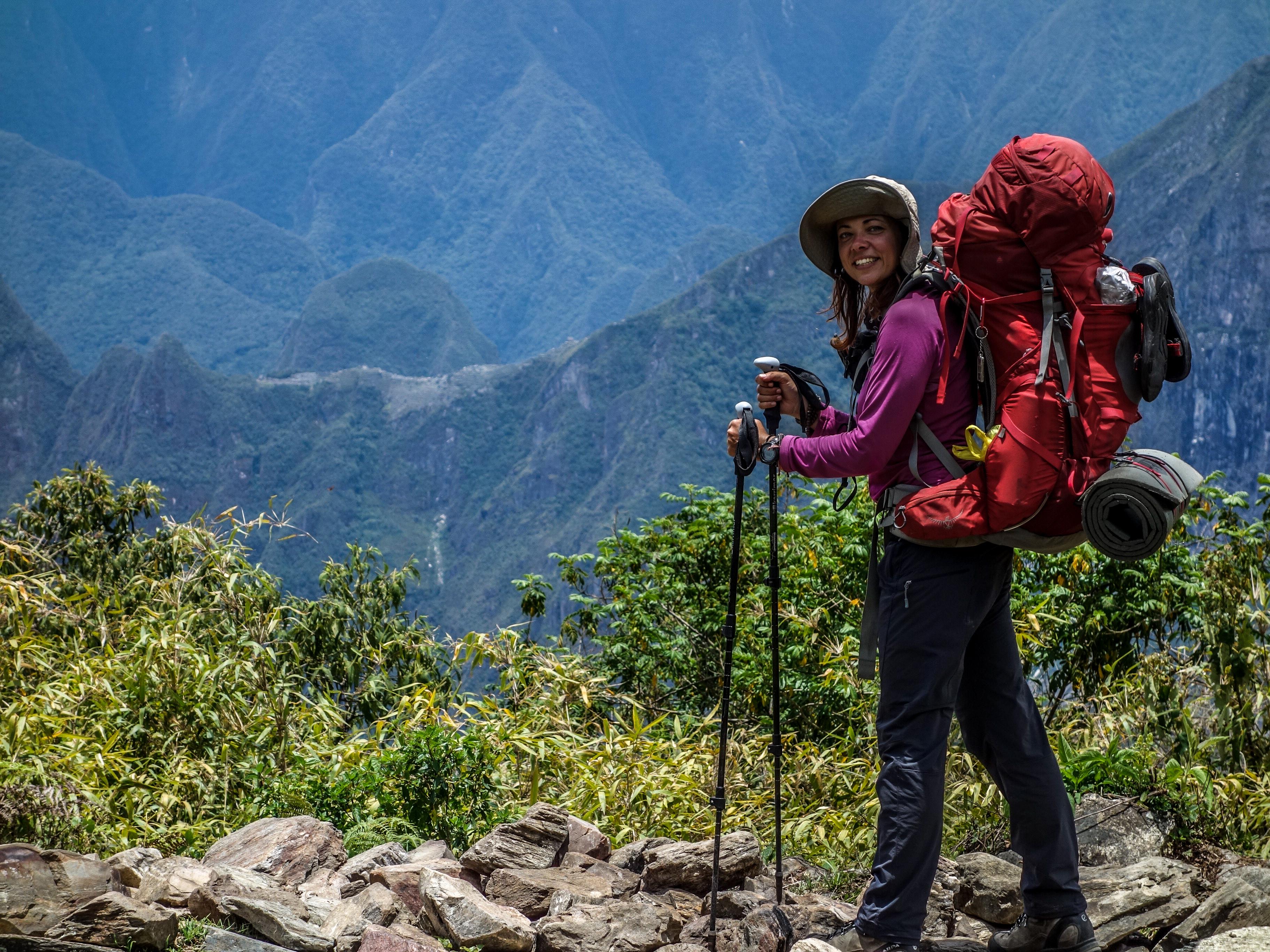 Egy csepeli lány hátizsákkal a Föld körül